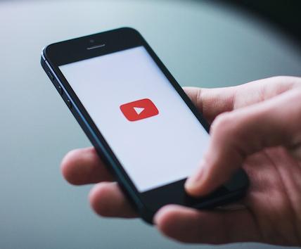 スマホでYouTube動画を見ると画面が一回り小さくなる件について